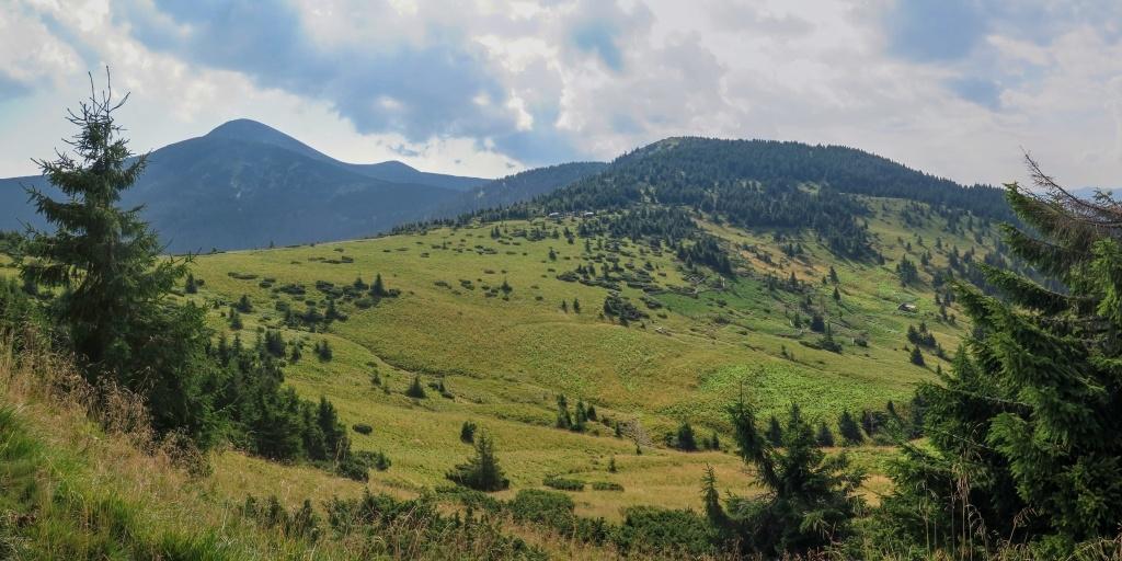 A tak jsme pokračovali pěšky. Bylo tady krásně, ale z nejvyššího ukrajinského pohoří začínal být cítit byznys. Byli jsme rádi, že jsme tu byli, ale chtěli jsme raději přejít jinam...