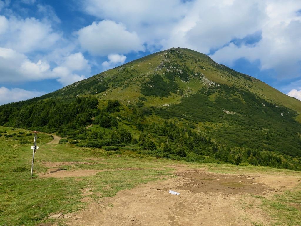 Pětros lákal k výstupu ač převýšení bylo přes 450 metrů, ale měla jsem pořád na paměti ty odpolední bouřky.