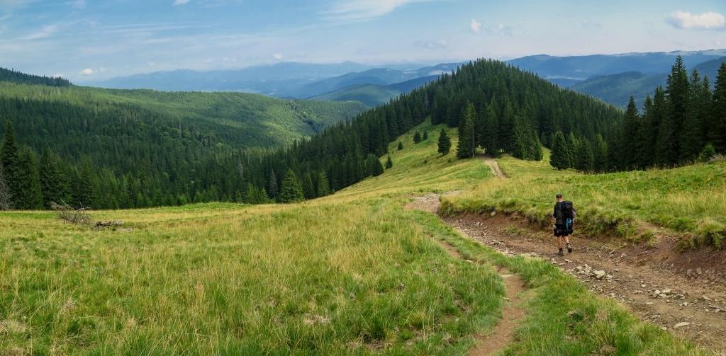 A tak jsme dál sestupovali a bylo tady také krásně. Později nad horami začalo bouřit a tak jsme byli rádi, že jsme v údolí. A ještě později jel dolů modrý Zil, tak jsme na něj mávli. Ale chtěl za svezení (cca 6 km nám už jen zbývalo) 200 hřiven, tak jsme odmítli, že už to dojdeme pěšky. Chlapík se nakonec vrátil, že za stovku a za pozvání na pivo.