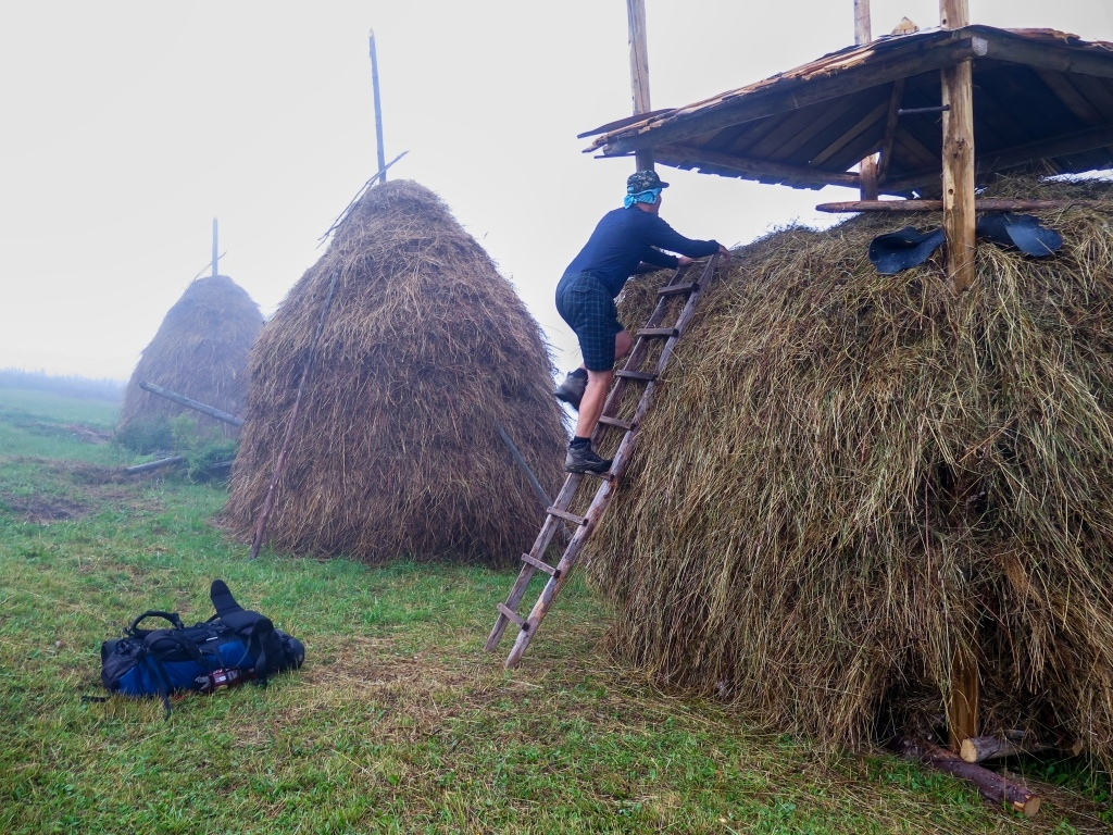 Přesto jsme se už pomalu rozhlíželi po noclehu, abychom nedošli až úplně na hřeben. U seníků, kde jsme si mohli schovat batohy pod střechu a mít tak víc místa ve stanu se nám to líbilo moc.