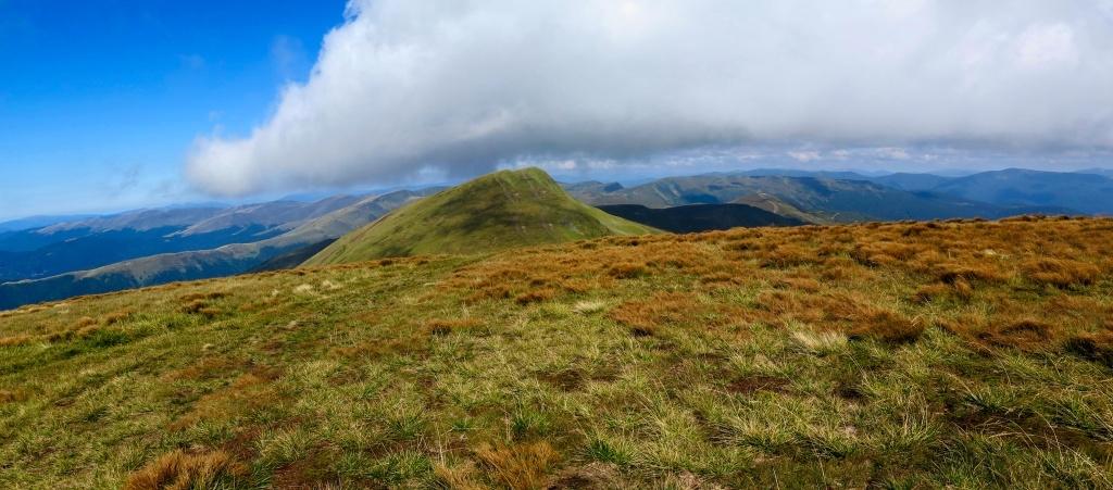 Bliznica jakožto nejvyšší hora Svidovce má vrcholy vlastně dva. Tady stojím na tom prvním a fotím ten druhý. (sestup je o cca 80 výškových metrů)