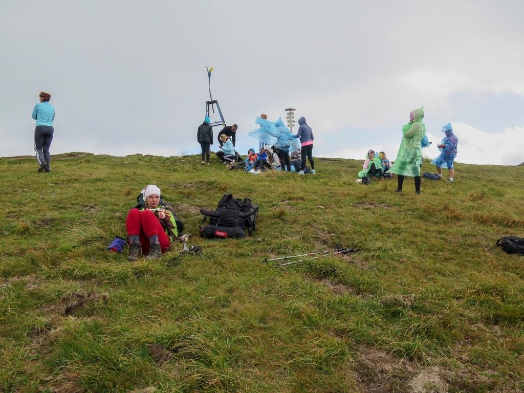 A jako na každé správné ukrajinské nejvyšší hoře se i tady najednou začali zhusta trousit turisté. A protože to byli od Rachova první, nějak nás to netrápilo. Usadili jsme se stranou, z batohu vytáhli Salko (zlevněné, od Pavla) a se vzpomínkou na něj jsme je vyžahli až do dna :-) (už si zaboha nevzpomenu, jestli jsme mu vrcholovou fotku se sladkým nápojem zaslali nebo ne)