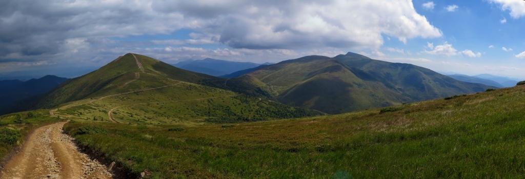 Ohlédnutí zpátky. Vlevo blíž k nám hora Stig, kterou jsme podešli (protože na ni vede z Dragobratu lanovka a protože cestou po úbočí jsme potřebovali najít pramen vody - první od rána) Napravo dál vrcholky Bliznice a vzadu za tím vším Hoverla a spol.