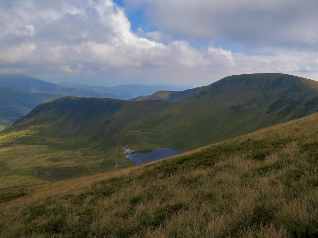 ...ale dalekohled ukázal opět veřejné tábořiště, takže jsme jezeru z hory Gerisaska (1760 m) jenom zamávali a šlapali dál.