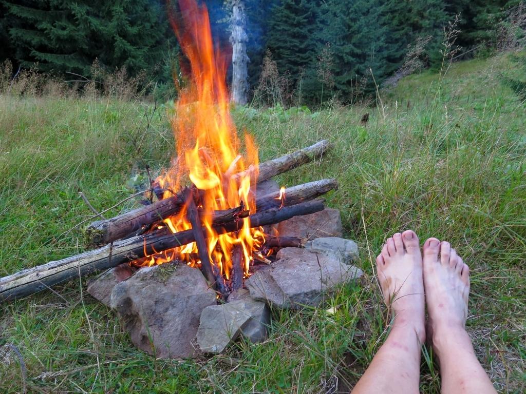 Rozdělali jsme oheň a užívali si večer. Dali jsme odpočinout znaveným nohám.