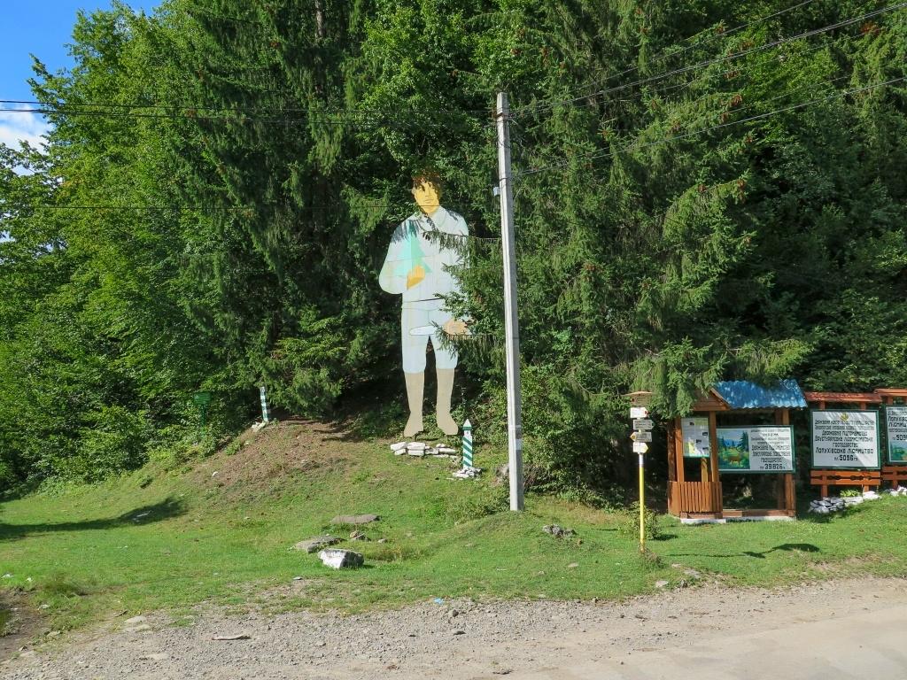 V Usť Čorné nás přivítala známá socha dřevorubce