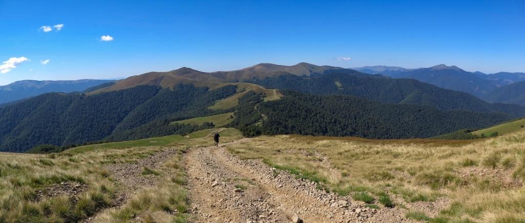 Sestupujeme z hory Klímová (1492 metrů - přesně navlas stejně vysoké jako Praděd). Už jsem viděla leccos a jen tak něco mě nenadchne, ale polonina Krásná je opravdu tou nejkrásnější.