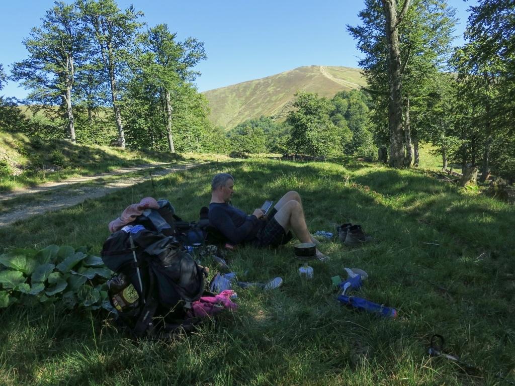Sešli jsme do sedla, pod hranici lesa, usadili se do stínu a uvařili si pozdní oběd.