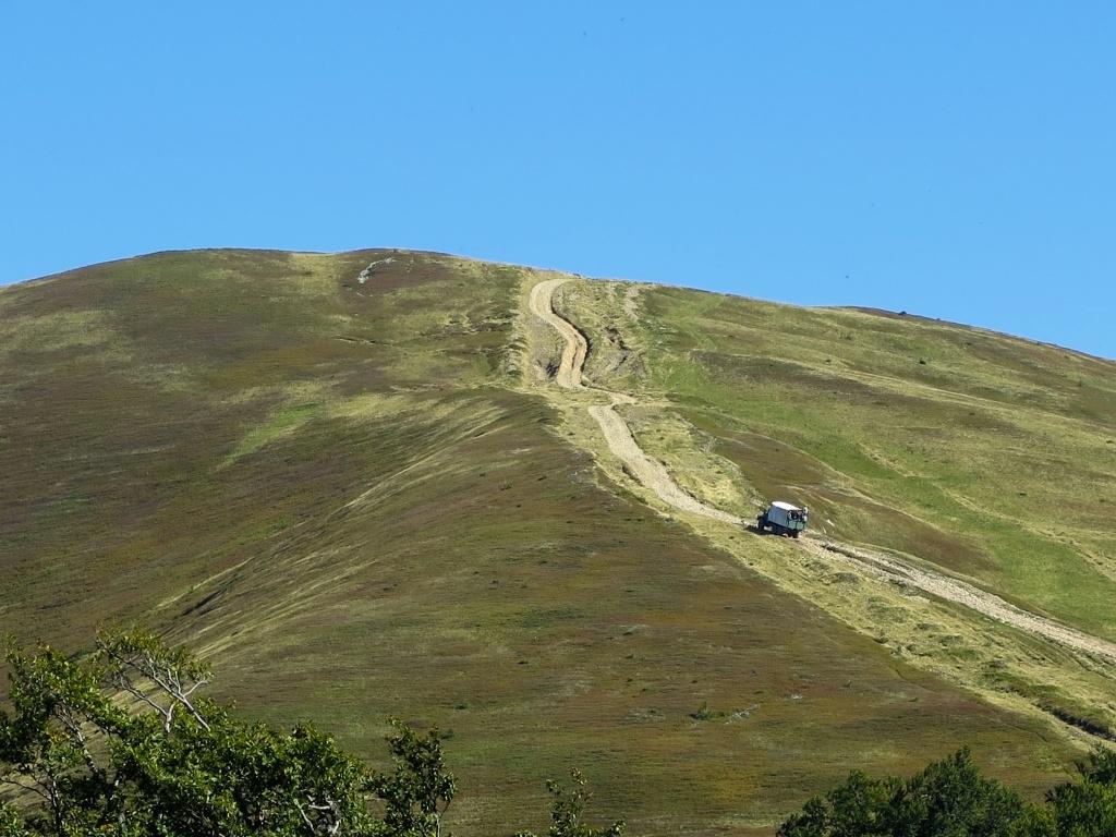 Tajil se i při pohledu na strmý svah hory Klímová, který jsme před chvíli scházeli. Popravdě, nevěřili jsme, že těžké náklaďáky cestu zvládnou.
