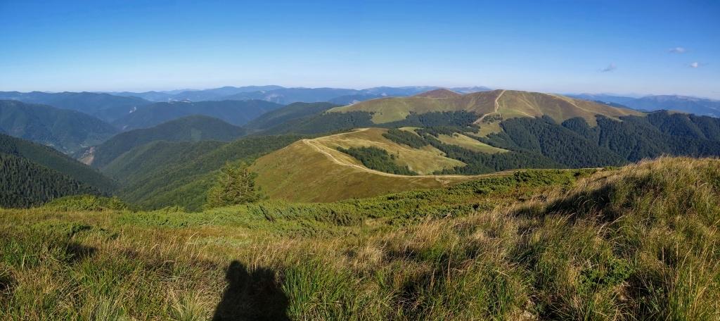 Vyšli jsme na horu Gropa a ohlédli se zpátky, na sedlo, kde jsme obědvali a na hory, které jsme přešli.