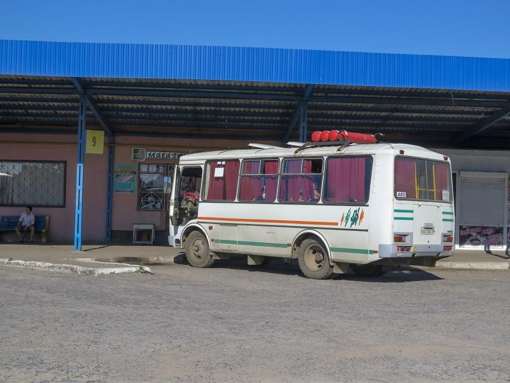 Luďkovi už bylo trochu líp, ale cestou bylo několik přestupů, přičemž stále ještě na každém autobusovém nádraží hledal WC. Na stop nebylo ani pomyšlení. Kvečeru jsme se dostali do Mukačeva, kde jsme strávili noc v malém penzionu poblíž autobusového nádraží. Já přes den navštívila kadeřnictví (melír za 200 korun!!!), Luděk ležel a nabíral síly.