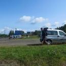 Auto jsme po jednom a půl dni jízdy zaparkovali na Užockém perevale přímo pod stálou kontrolou zdejších pohraničníků.