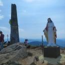 A to je ona, ta socha. Stojí přímo na vrcholku 1408 metrů vysoké hoře Pikuj. Neříkala jsem, že to je pojem, možná hned po Hoverle :-)