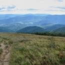 Sestup z Velké Rawky. Blížíme se na trojmezí, takže ten hřeben směrem doleva je opět nepřístupná UA-PL hranice, napravo je vidět hora Kremenec (1221 m), kde se kousek za vrcholem přidá i hranice Slovenska, tam je pak trojmezí.