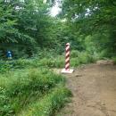Asi 1,5 km putujeme přímo po ukrajinsko-polské hranici. Ty patníky jsou kouzelné.