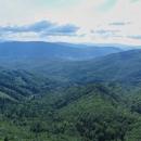 Vidět jsou nekonečné Karpatské pralesy, ale vlevo v dálce i - vím že už jsem s tím otravná, ale ona tam prostě pořád je - hora Pikuj :-)