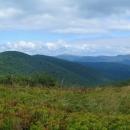 Výhled z hory Ďurkovec, v dáli polonina Caryňská