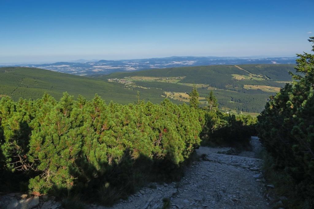 Výhledy na Pomezky, od nichž se doprava táhne absolvovaný Pomezní hřeben.
