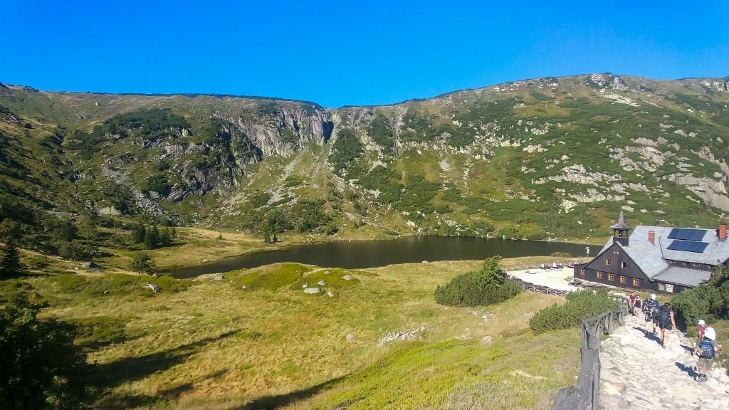 Trasu zahajujeme sestupem k Malému Stawu, na jehož břehu stojí Schronisko Samotnia. Romanické místo, podle mě jedno z nejkrásnějších v Krkonoších. Tady někdy přespat je můj sen, ale zatím tu vždycky bylo plno.