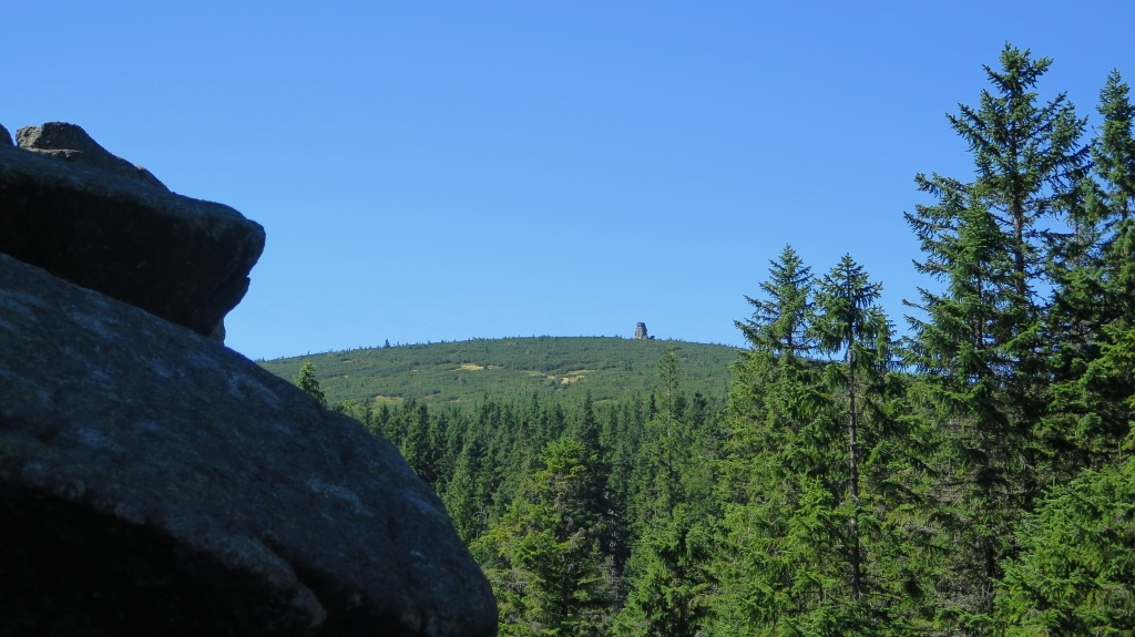 Pohled od Pielgrzymů ke kamenům Slonecznik, které se nacházejí na hřebeni, na cestě česko-polského přátelství. Šli jsme tamtudy tenkrát s dětma na velikonoce, jak jsme se přes Krkonoše brodili sněhem.