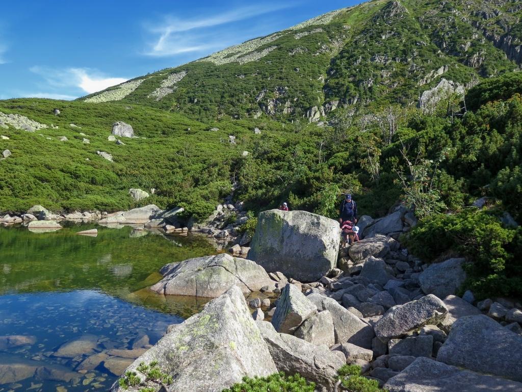 Krásná cesta podél jezírek s průzračnou vodou. Vždycky jsem si myslela, že nejhezčí místa v Krkonoších jsou jezera Malý a Velký stav, ale teď o tom pochybuju.