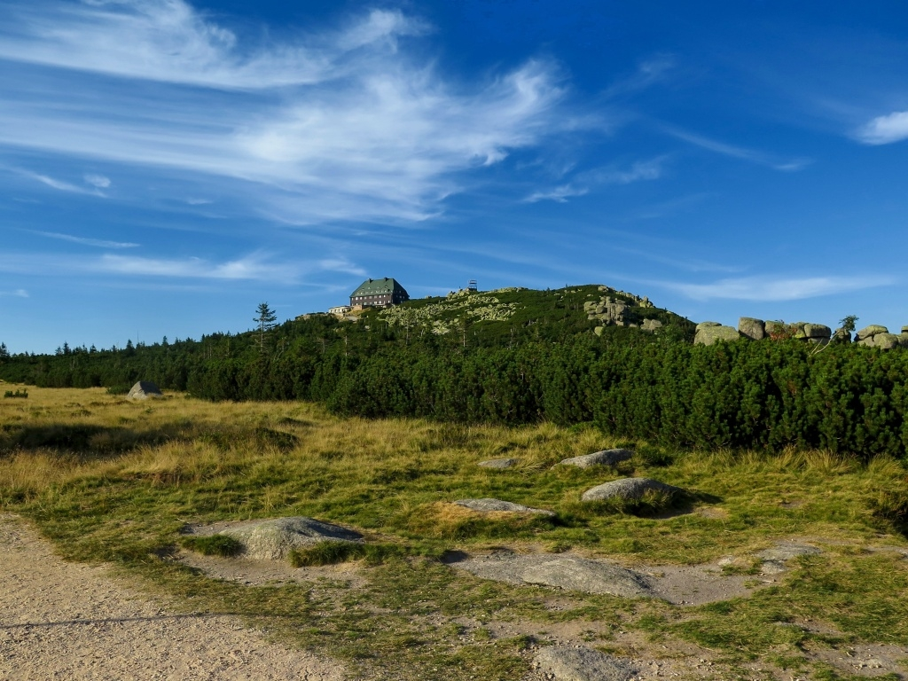 Chata na 1361 metrů vysoké hoře Szrenica. Jak se asi vyspíme dneska? Budou tam taky papírové zdi a nafasujeme zase hlučné sousedy?