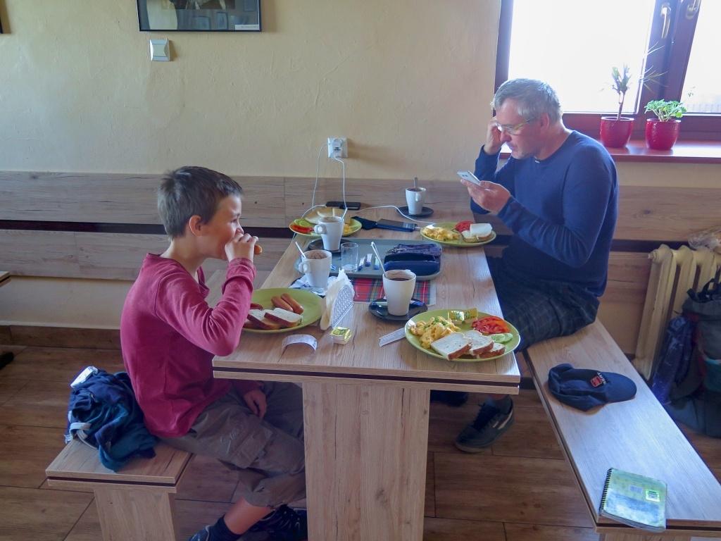 Ráno jsme neodolali a objednali si snídani. Jídlo, které nám zbylo, využijeme přes den. Čeká nás osmikilometrový sestup a pak skoro celodenní jízda vlakem s těsnými přestupy bez možnosti nakoupit si.