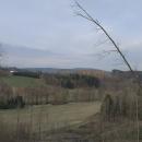 V kopečku nad Verměřovicemi někdo vykácel kus lesa, a díky tomu se odkryl výhled na zdejší lom. Za ním vykukuje Suchák.