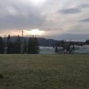 Lidi se mě občas ptají, kde se nachází ta naše slavná tajná vojenská nemocnice. Tak to je ona. Lepší pohled na ni je ale z kopce nad Sobkovicemi.