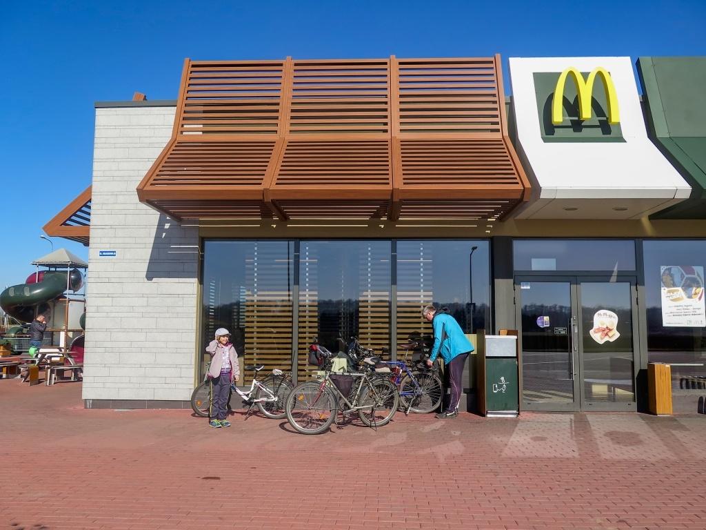 Autem do Klodzka, kde parkujeme u McDonalda :-) Co tipujete, odolali jsme?