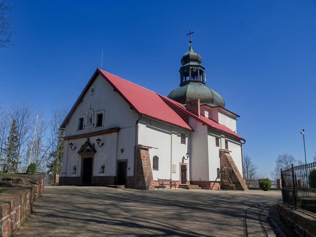 A to už jsme na hoře Všech svatých (pouhých 615 metrů vysoké), kde se nachází tento kostelíček