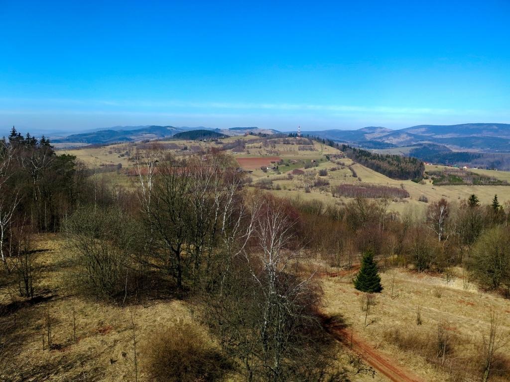 A o pár km severněji se nachází další rozhledna. Vlevo na obzoru jsou česko polské Javoří hory, napravo polské Soví hory.