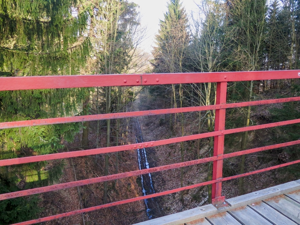 Pohled ze železničního mostu, vláčky už tady nejezdí.