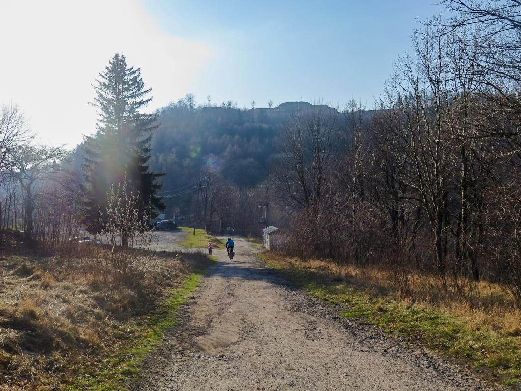 Otočka a jedeme dolů. I tak těch výškových metrů budeme mít víc než dost. Nad námi pevnost Stříbrná hora.