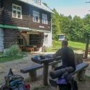 Na chatu Predná Holica nazvanou také Lajoška přicházíme kolem poledne, takže jsme si tu objednali smažák a tím vyřešili oběd.
