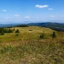 Výhled východním směrem, v dáli hřeben Slanských vrchů