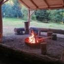 Celý přístřešek jsme měli sami pro sebe. Ihned jsme zažehli oheň...