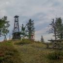 Po pěti ranních kilometrech jsme stanuli na vrchu Kloptaň (1154 m), kde stojí malá dřevěná rozhledna a miniaturní útulna.