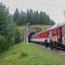Vlak jsme pro přesun zvolili z toho důvodu, že jsme si chtěli projet tzv. Telgártskou sľučku, což je otočka o 360°, kterou vlak udělá, když překonává 31 metrů vysoké převýšení do sedla Besník. Telgártský a Chmarošský viadukt jsme viděli několikrát, když jsme tímto krajem putovali na kole, projet si ale tunel vlakem, byl zážitek! V Telgártu z vlaku v deštivém dni kromě nás vystoupili ještě tři turisté, a ti zamířili na opačnou stranu, na Královu hoľu.