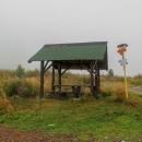 Ve Slánském sedle stojí malý přístřešek, kde jsme si říkali, že by se také dalo přenocovat, ale celé je to tu neutěšené, prší a fouká vítr, vše je mokré... jdeme dál...