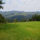 Před námi je sestup do údolí a pak zase zpátky nahoru, na ten divný kopec vzadu půjdeme zítra, je to hřeben nazvaný Ľubietovský Vepor, tvořený vrcholy Hrb a Vepor.