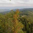 Za půl hodinky už na chatu koukáme z výšky 1255 m (z hory Hrb)