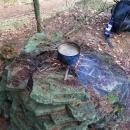 Už nemáme chleba, takže si vaříme kaši ke snídani (u chaty se oheň rozdělat nedal)