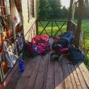 Nikde ale nebyl nikdo, komu by naše přítomnost vadila, tak jsme tam nakonec přespali na verandě.