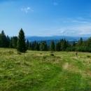 Stoupáme pastvinami a výhledy jsou krásné, jen je trochu kazí opar