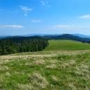 Hřebenová louka je tu jak někde na ukrajinských poloninách. Ten zalesněný hřeben táhnoucí se doleva nás čeká, kopce za ním jsou Kojšovská hoľa a spol., přes kterou jsme putovali minule.