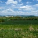 Zmíněný hřeben. Vlevo vykukuje Buková hora, uprostřed Lázek a ta vyvýšeninka úplně napravo je Cukrová bouda.