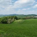Obec Cotkytle. Nalevo Buková hora, napravo v dáli Jeřáb a vzadu za ním Králický Sněžník