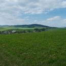 Je tu krásně, že? Pohled dopředu na Bukovku, za níž vlevo lehce vykukuje Suchák.