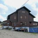 Stojí na krásné místě, a je to klasická polská chata s hladovým okénkem...